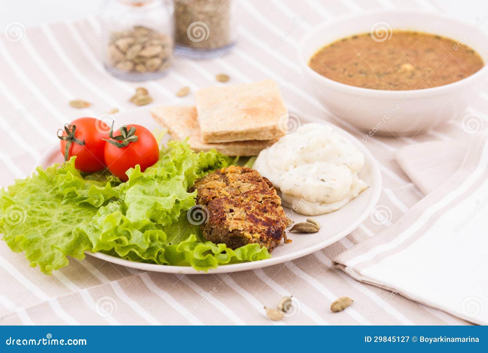 Salada com uma bacia da sopa vegetal