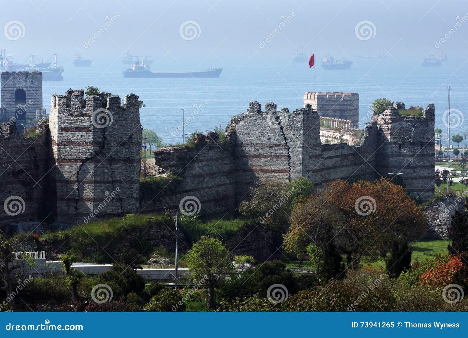 Uma seção das grandes paredes e torres da cidade construídas durante o fim do século IV BC em torno de Istambul em Turquia