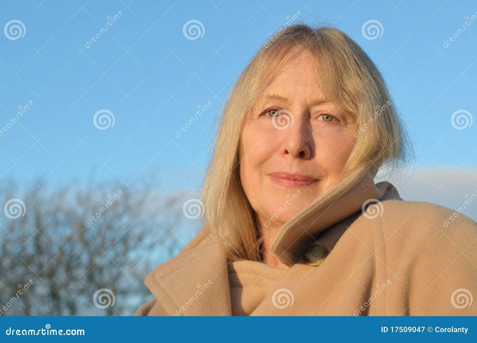 Uma senhora mais idosa bonita em seus anos sessenta