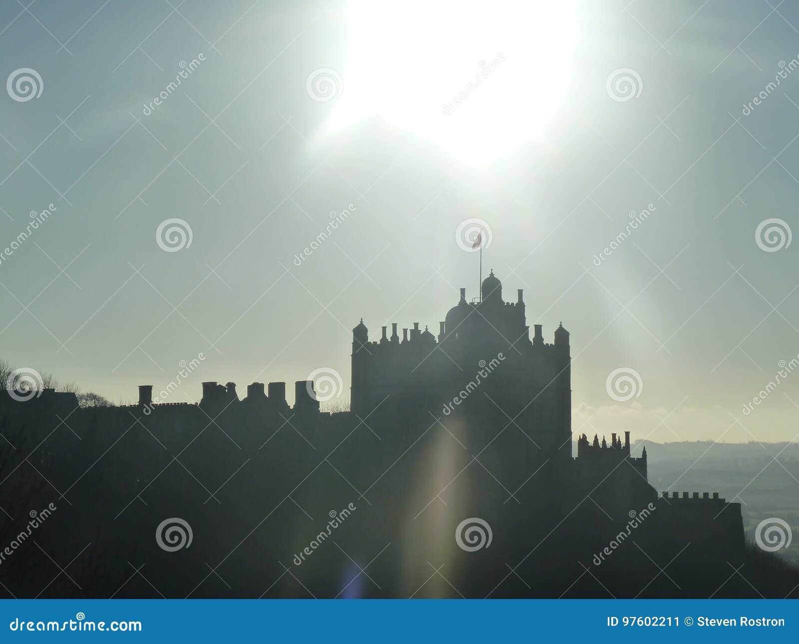 Uma silhueta bonita de um castelo