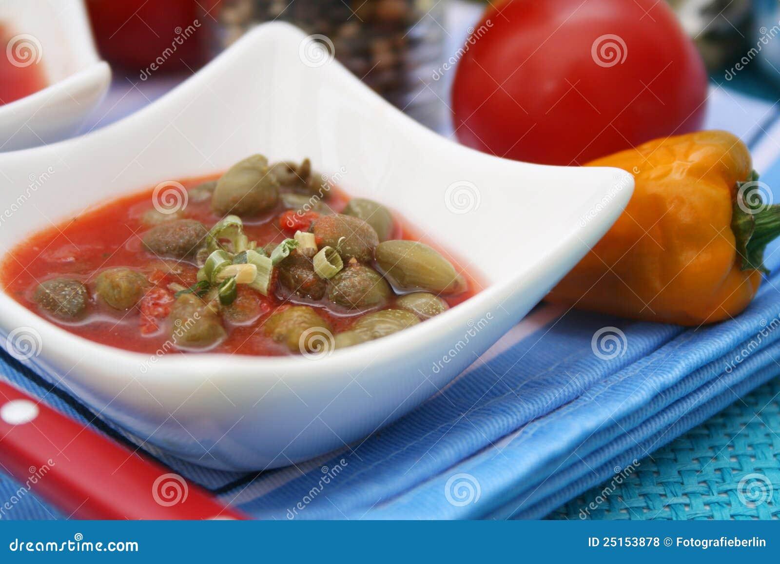 Uma sopa fresca dos tomates com alcaparras