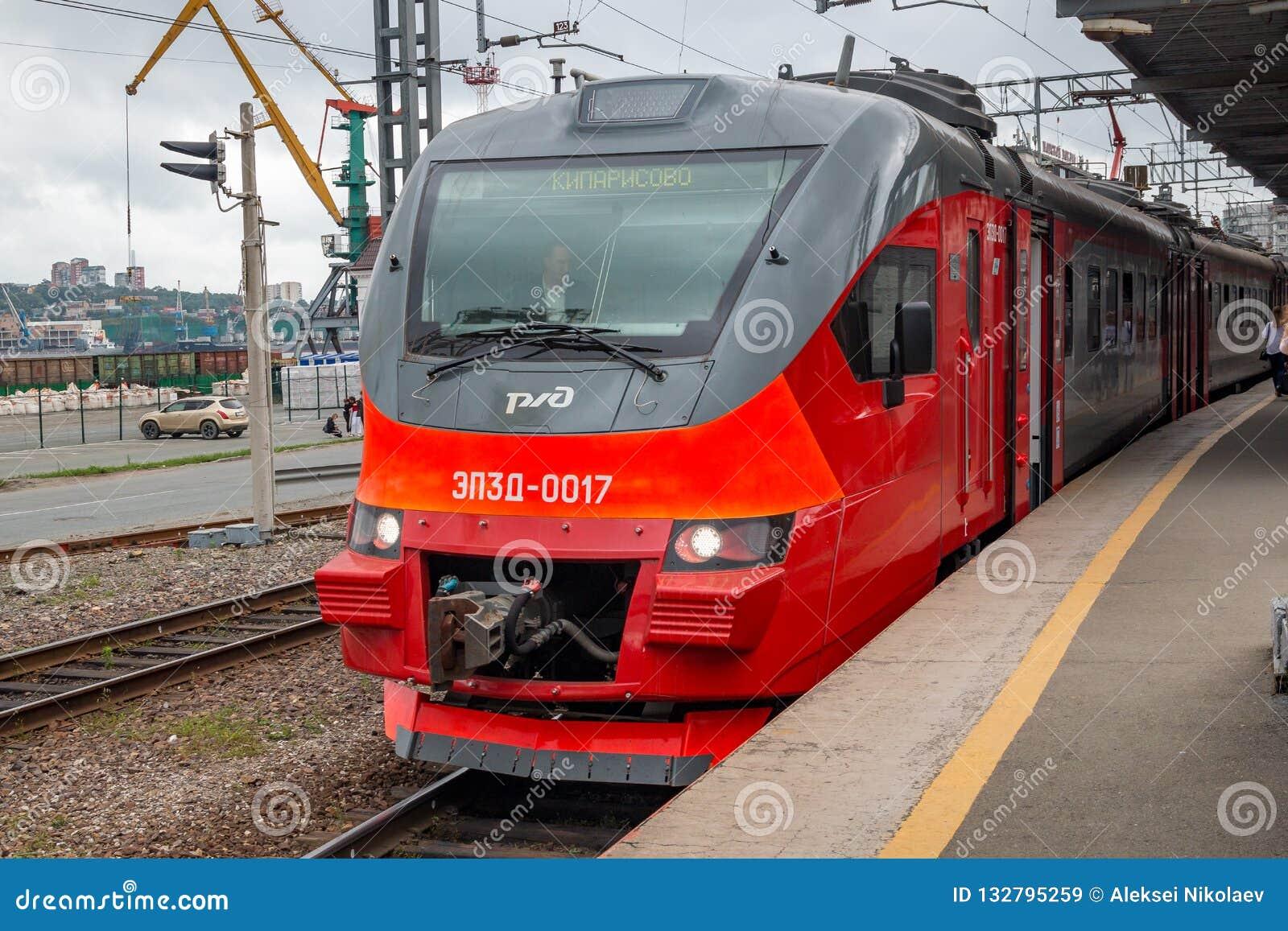 Uma unidade múltipla elétrica EP3D do trem moderno Servia as visitas dos convidados de fósforos de futebol do campeonato do mundo