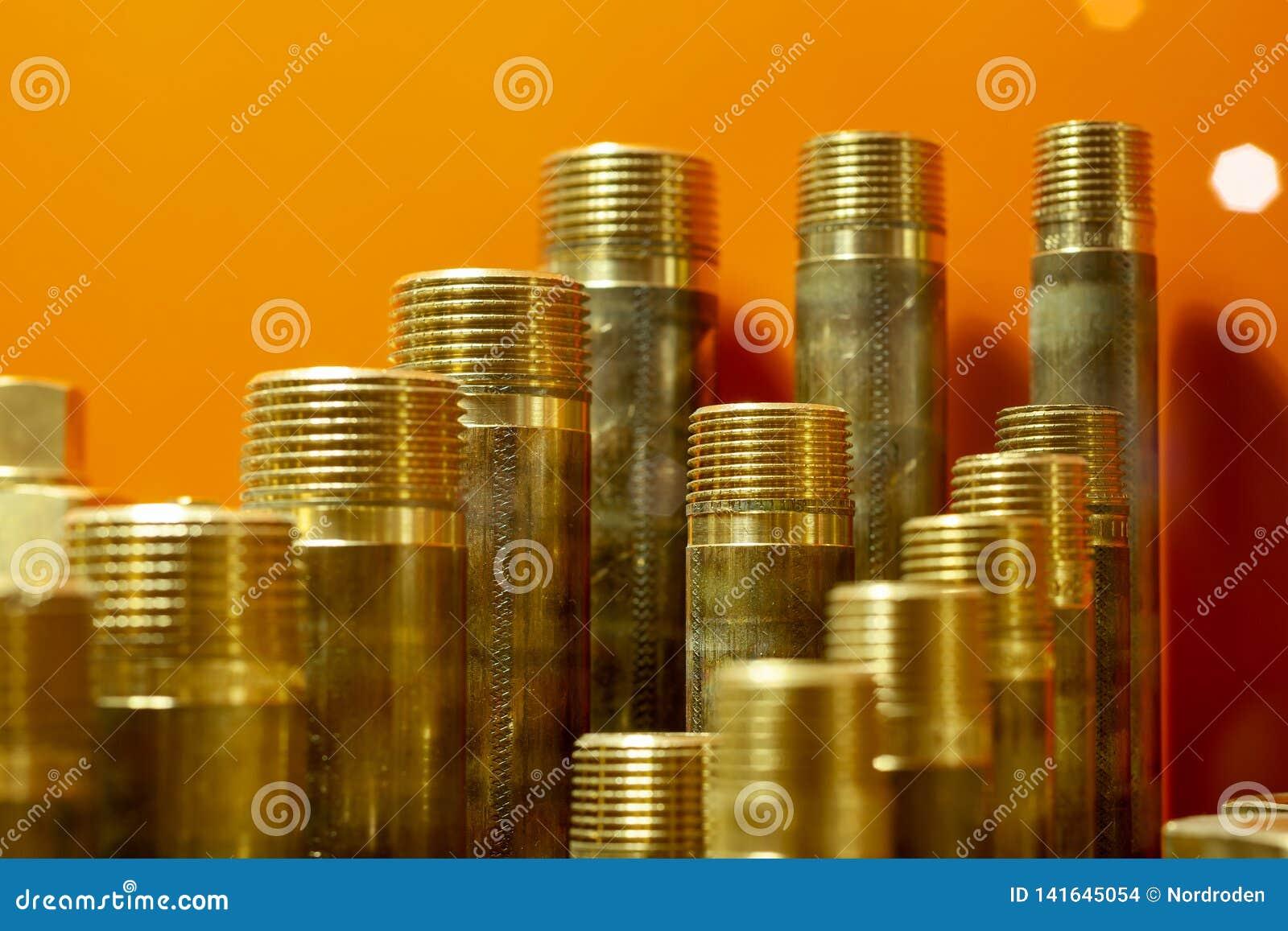 Uma variedade de conectores da tubulação do encanamento, cantos, encaixes, bocais