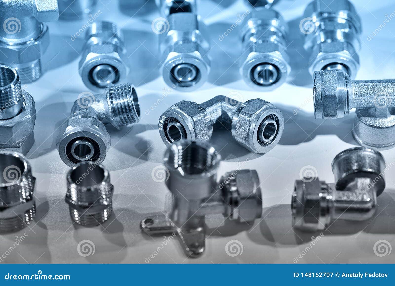 Uma variedade de conectores sondando da tubulação, cantos, adaptadores Azul tonificado