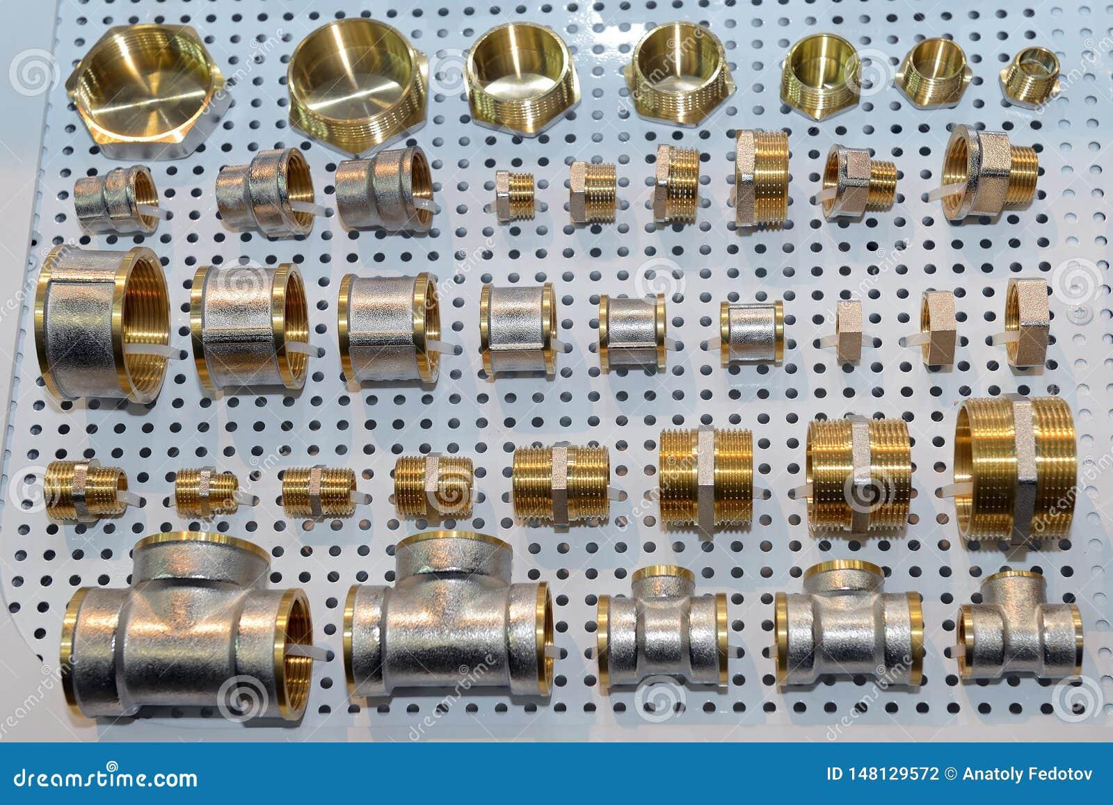 Uma variedade de conectores sondando da tubulação, cantos, encaixes, bocais, adaptadores