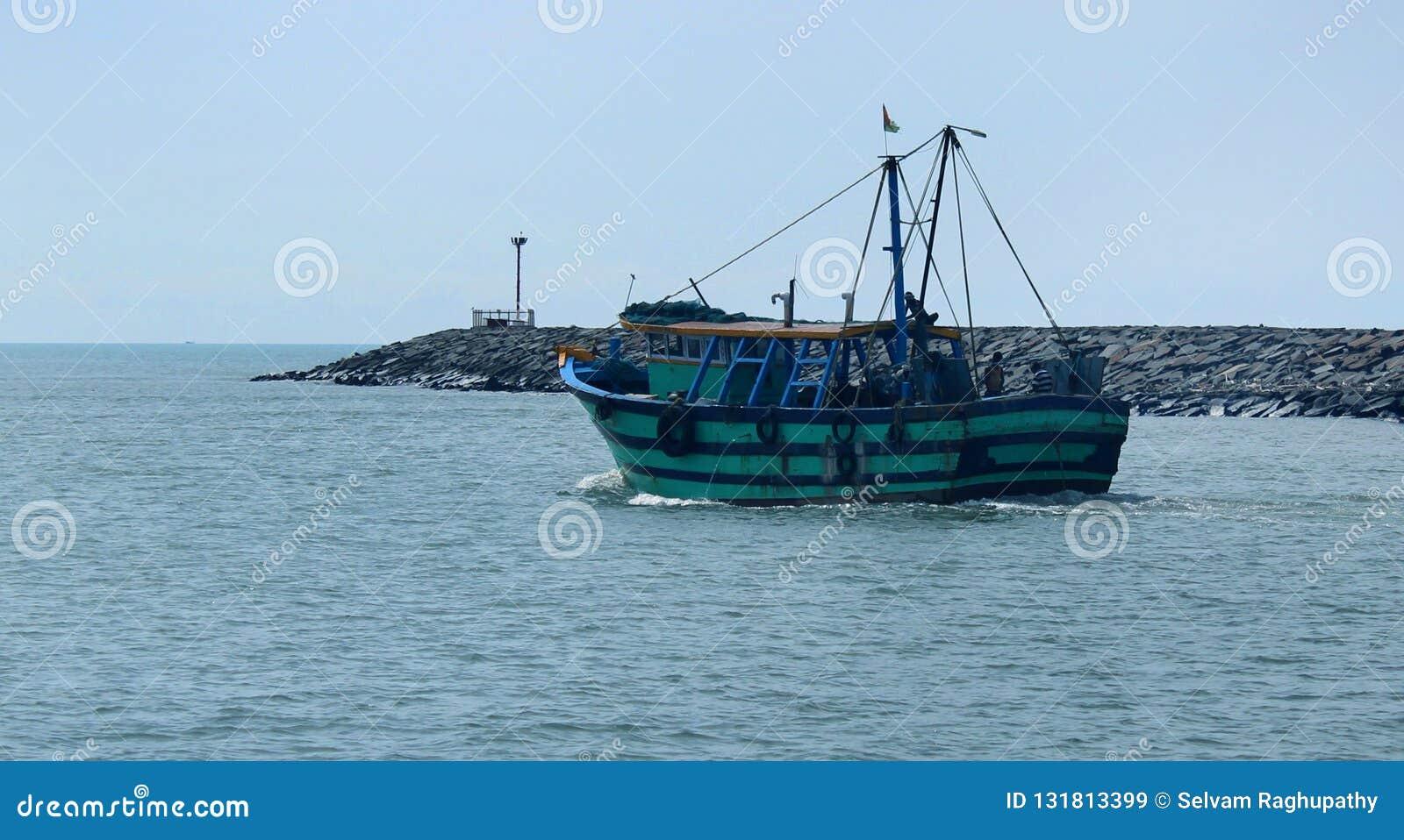 Uma vela grande do barco ao mar da praia karaikal