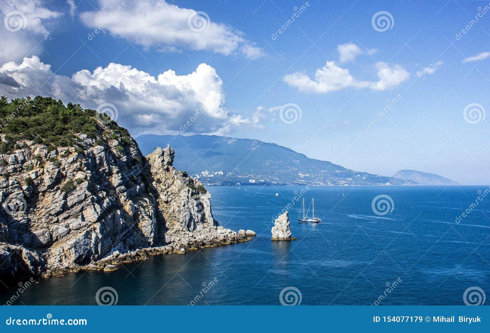 Uma vista épico da parte superior da montanha às rochas e do mar infinito, a beleza da natureza