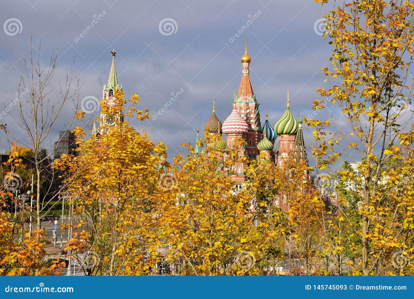 Uma vista ao Kremlin de Moscou e à catedral de StBasil
