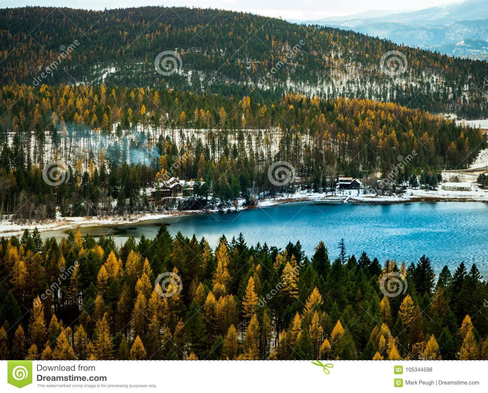 Uma vista cênico de um lago mountain