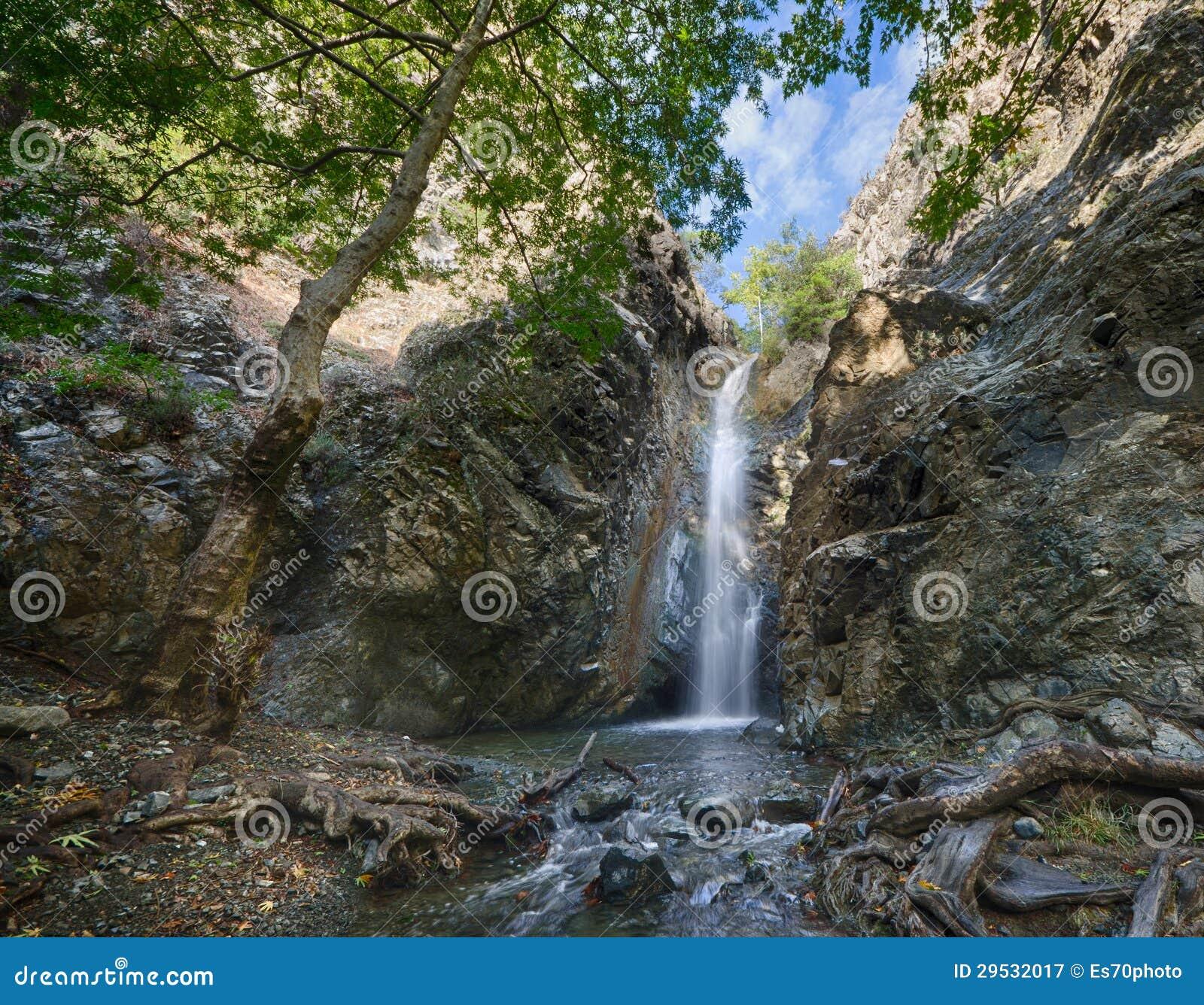 Uma vista da cachoeira dos milomeris.
