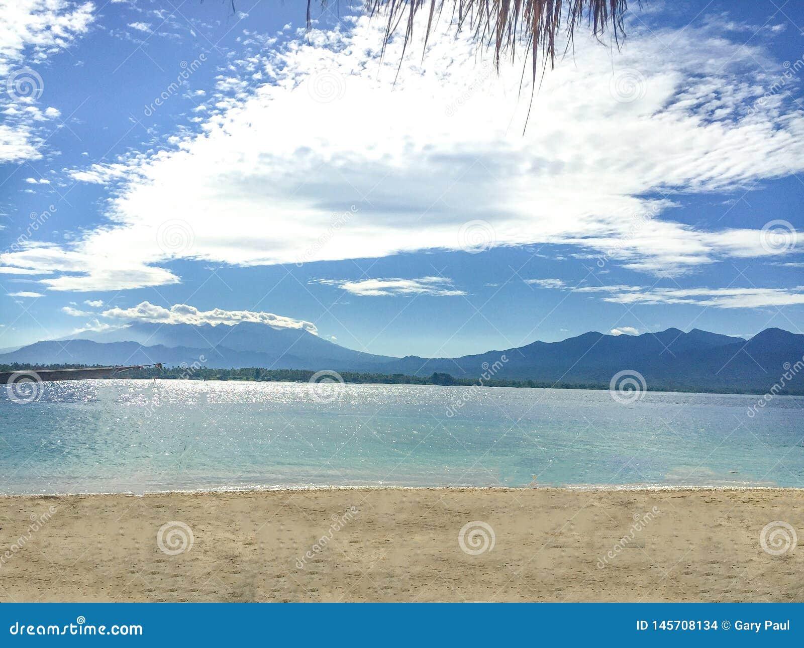 Uma vista da ilha de Gili Air que mostra a ilha de Lombok na dist?ncia