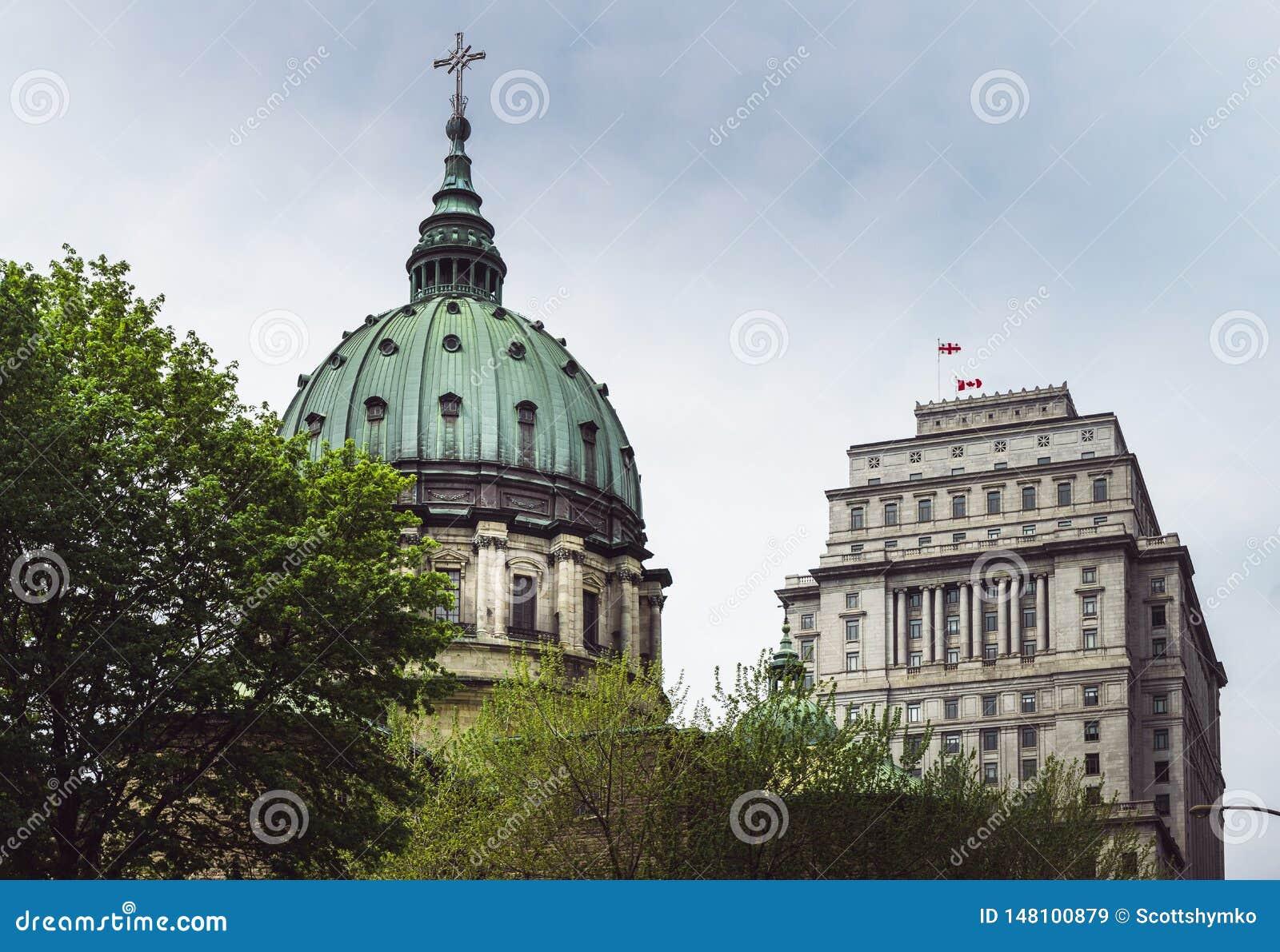 Uma vista de uma ab?bada da catedral em Montreal do centro