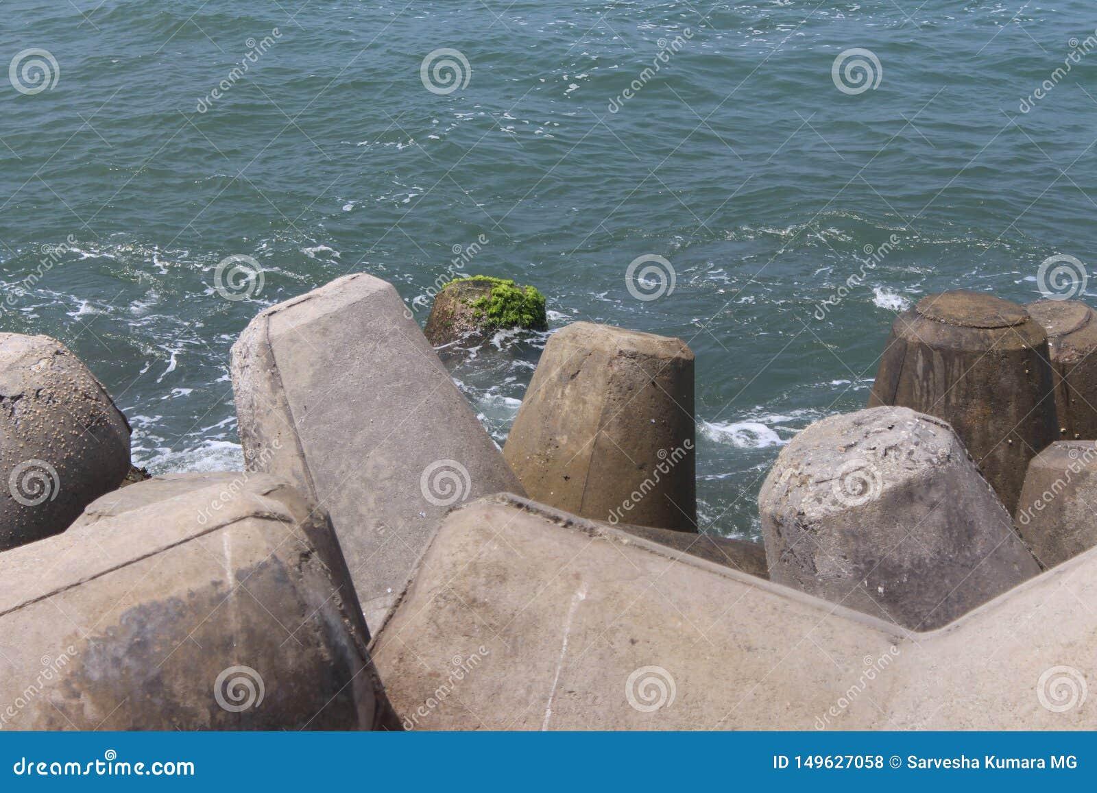 Uma vista de relaxamento na costa