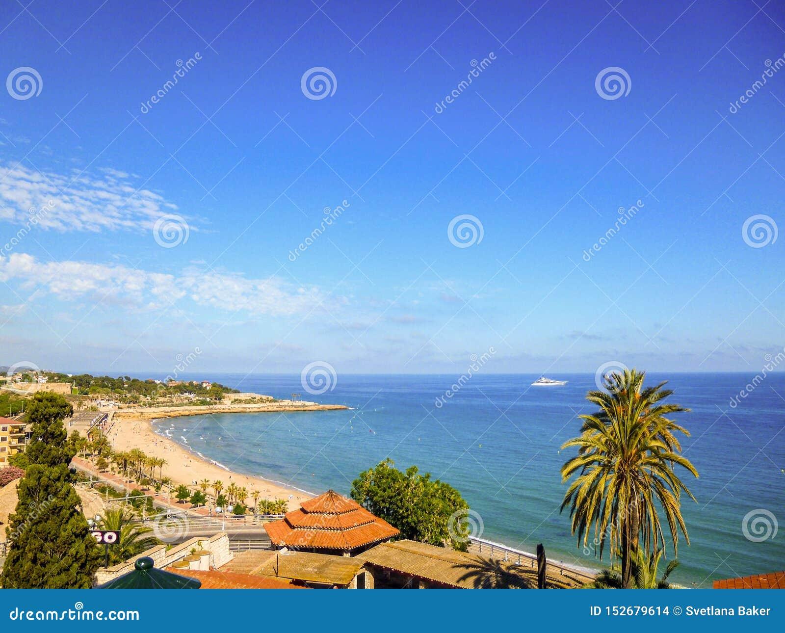 Uma vista panorâmica da costa de Tarragona, na Espanha Praia e mar no dia ensolarado
