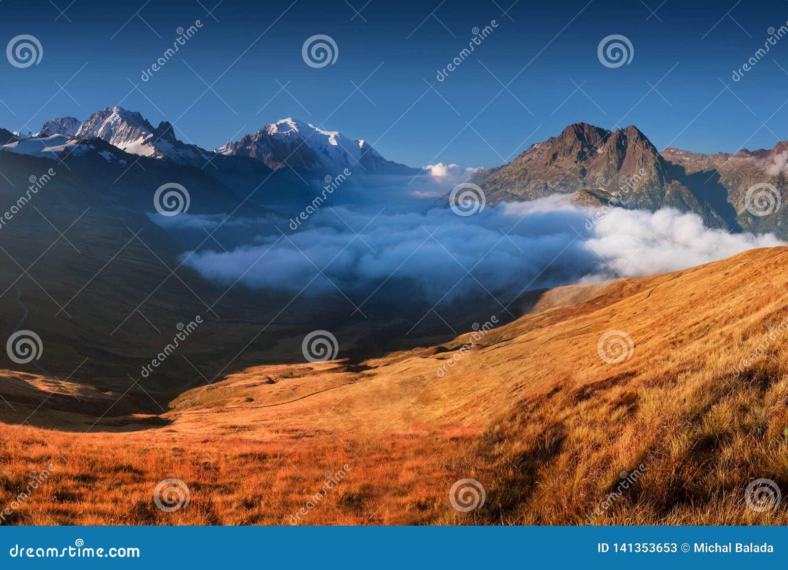 Uma vista panorâmica no vale de Chamonix no dia ensolarado do verão A área é a fase de Mont Blanc Tour popular, França alpes