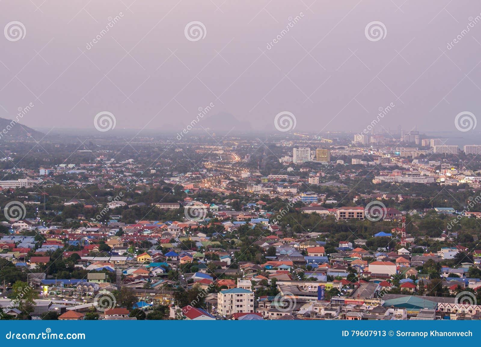 Uma vista sobre a cidade asiática grande de Banguecoque, Tailândia no nighttim