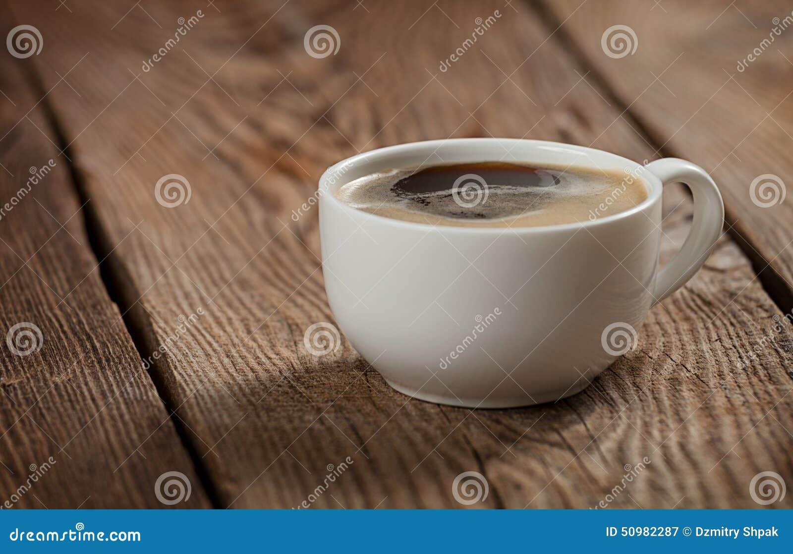 Uma xícara de café na tabela das placas idosas