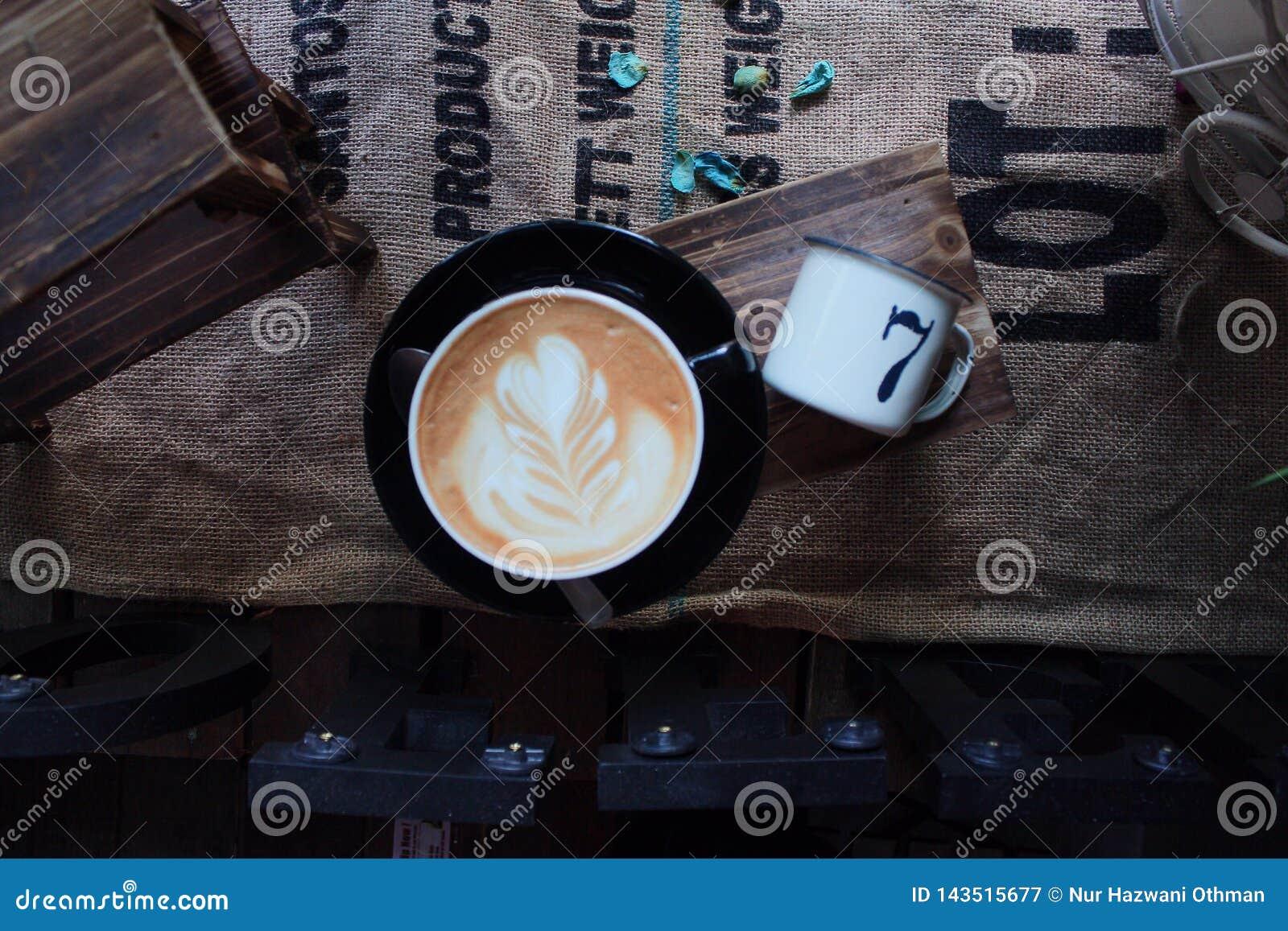 Uma xícara de café na vista superior com fundo do vintage