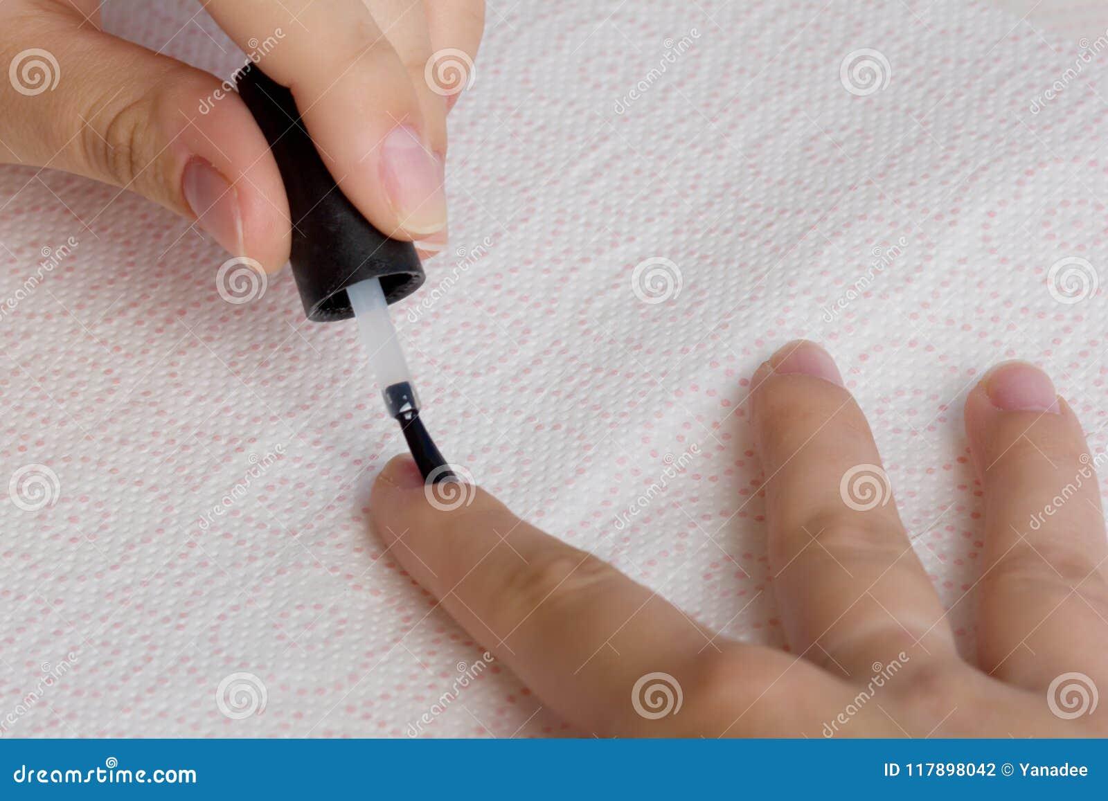 Umacnia gwoździe z manicure