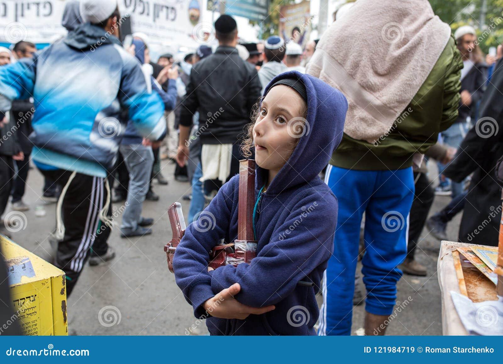 Uman, Ουκρανία, 13 09 2015: Ένα εβραϊκό αγόρι με Payots στο hoodie είναι η οδός, στο υπόβαθρο υπάρχουν πολλοί Εβραίοι
