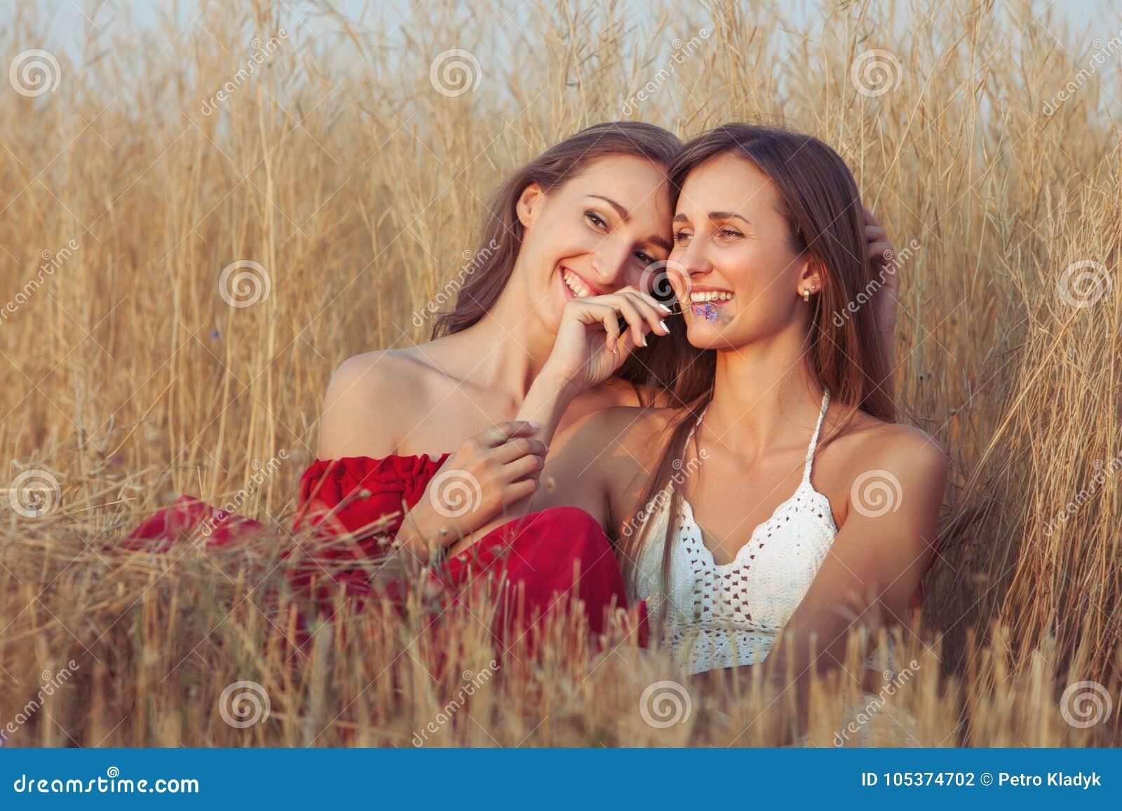 Umarmung der jungen Frauen