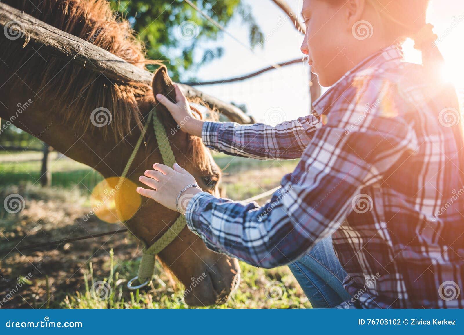 Umarmungspferd des kleinen Mädchens