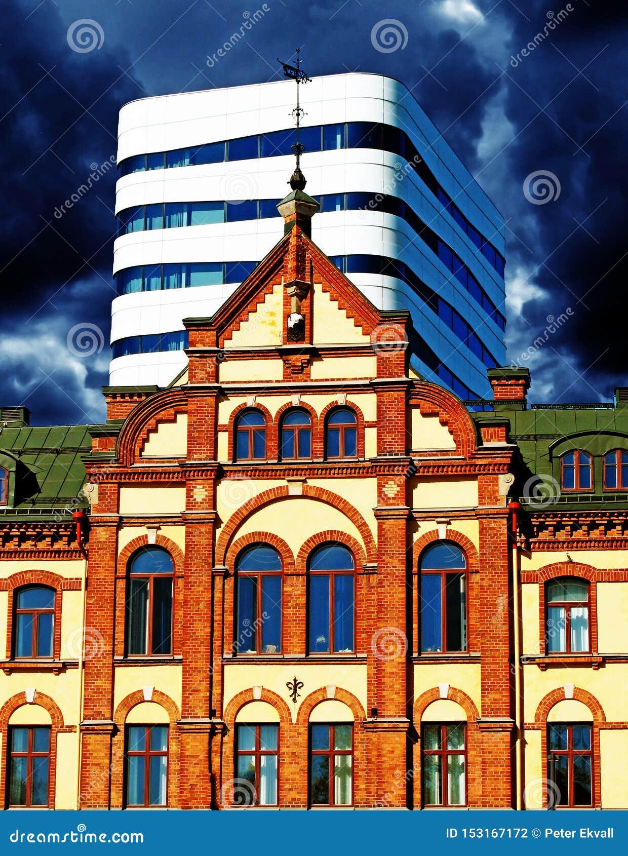 Umea, Swedmodern y casa vieja en la misma imagen y tormenta en el fondo