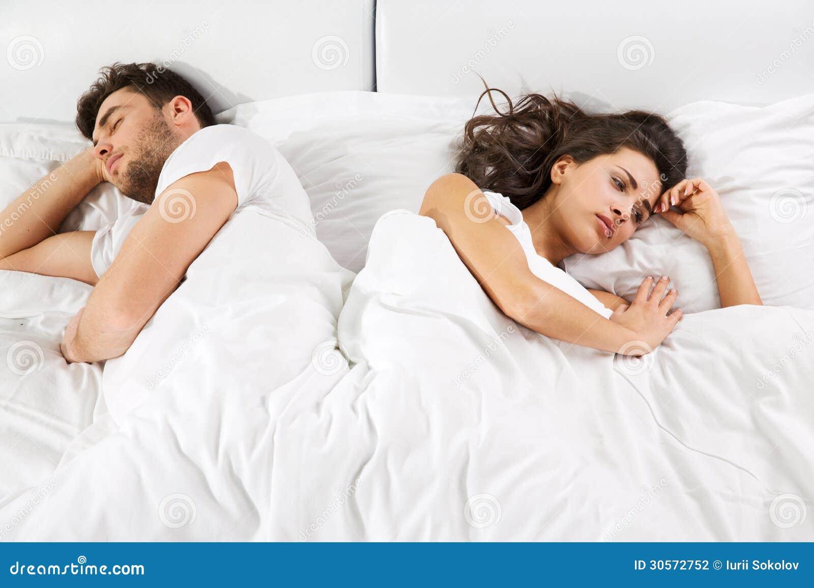 Umgekippte Paare Die Nebeneinander Im Bett Liegen Stockfoto Bild