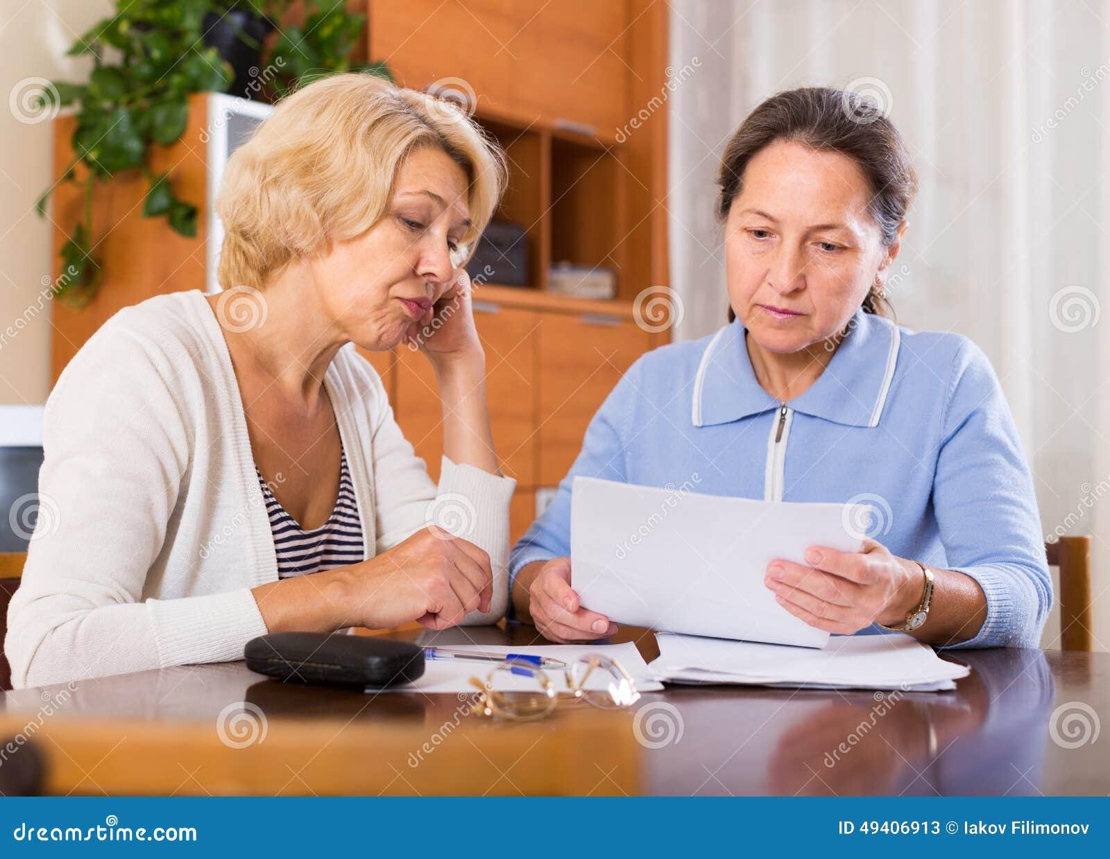 Download Umgekippte Pensionäre Mit Dokumenten Stockbild - Bild von kaukasisch, haupt: 49406913