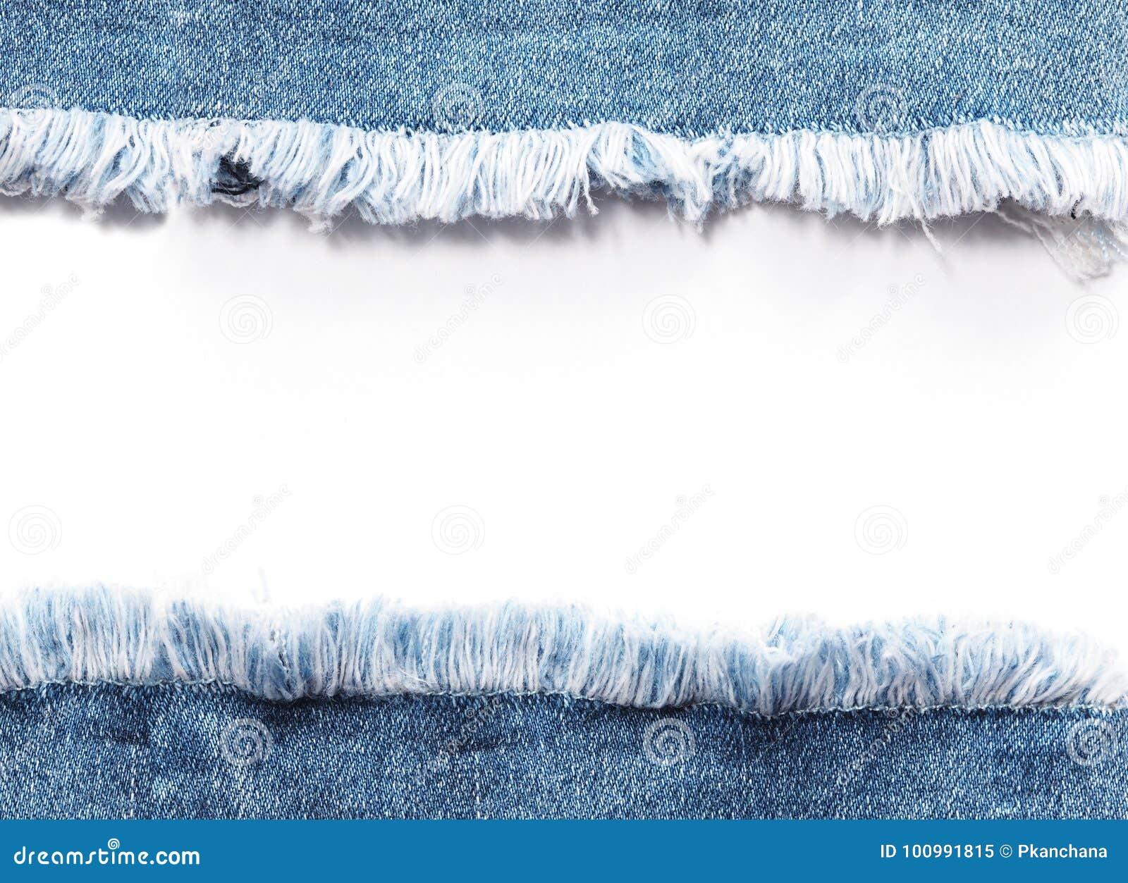 Umranden Sie Rahmen von den blauen Denimjeans, die über weißem Hintergrund zerrissen werden