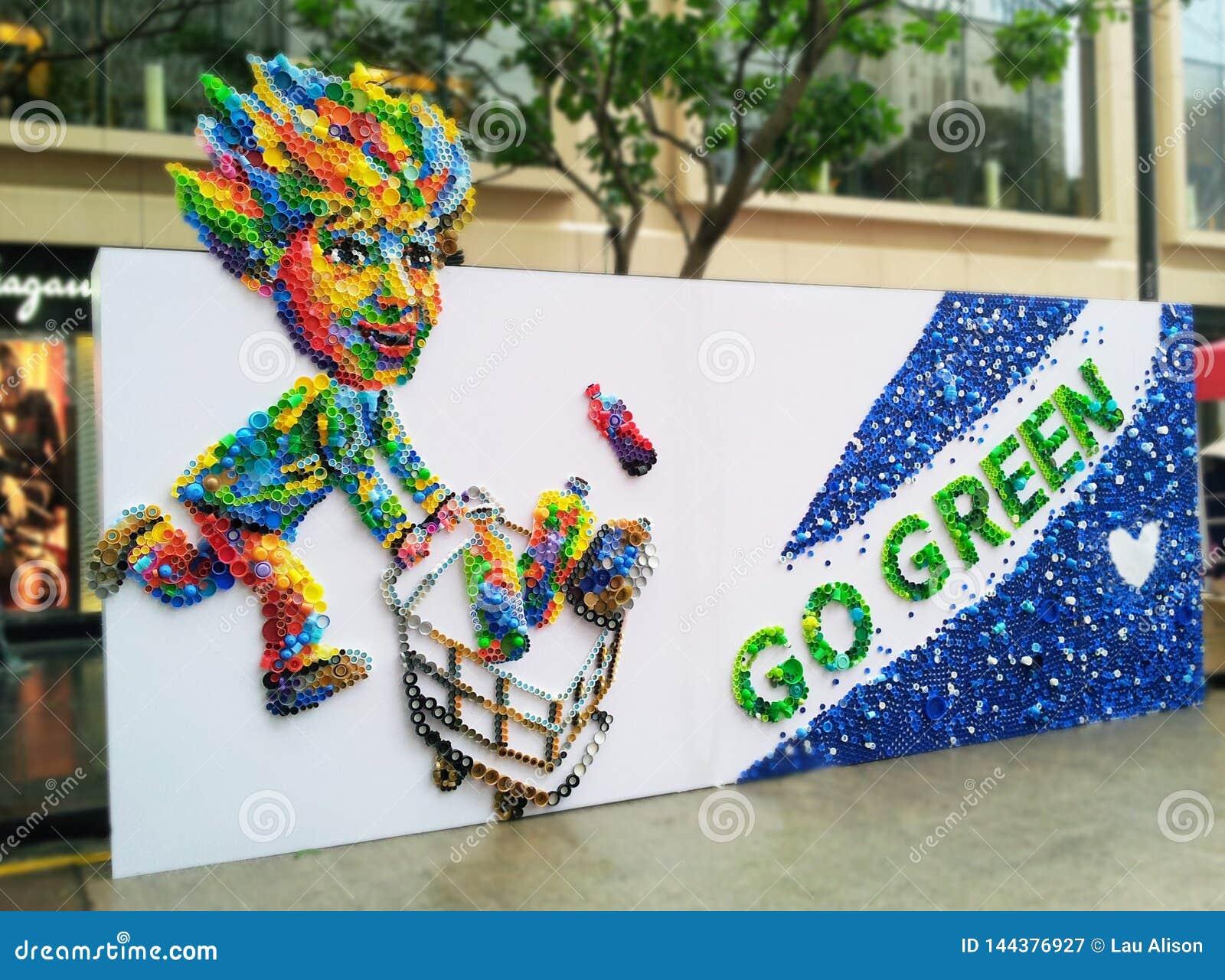 Umweltfreundlich gehen Sie mit den Plastikkappen grün, die neue Kunstschaffungen upcycling sind