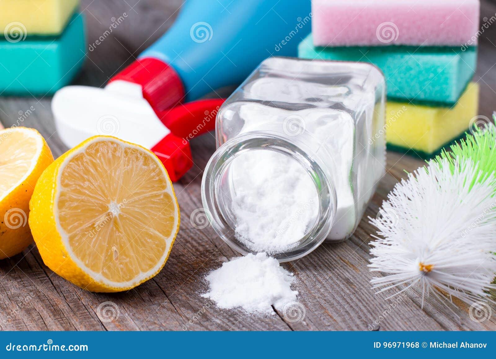 Umweltfreundliche natürliche Reiniger Backnatron, Salz, Zitrone und Stoff