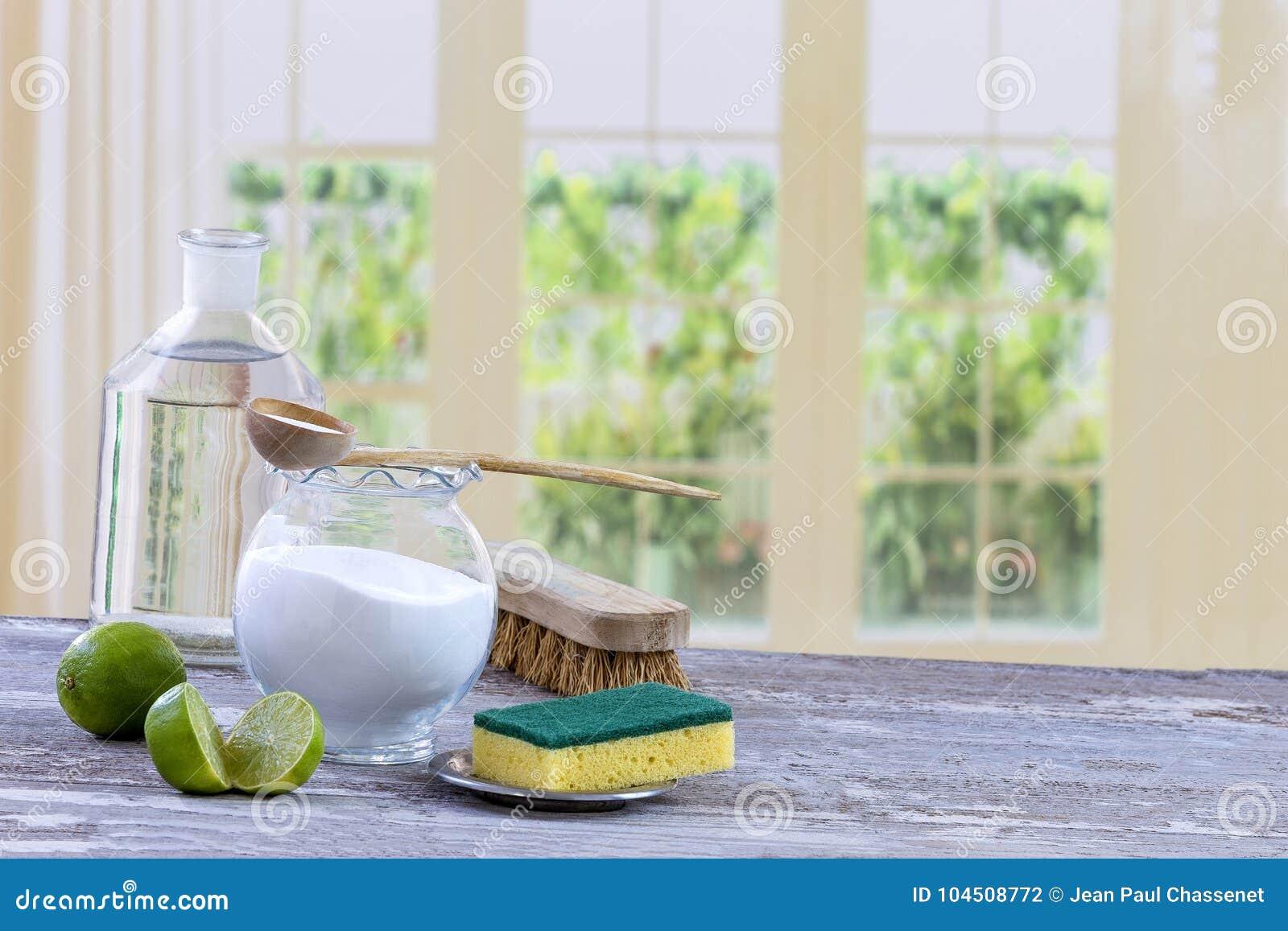 Umweltfreundliche natürliche Reiniger Backnatron, Zitrone und Stoff auf Holztischküchenhintergrund,