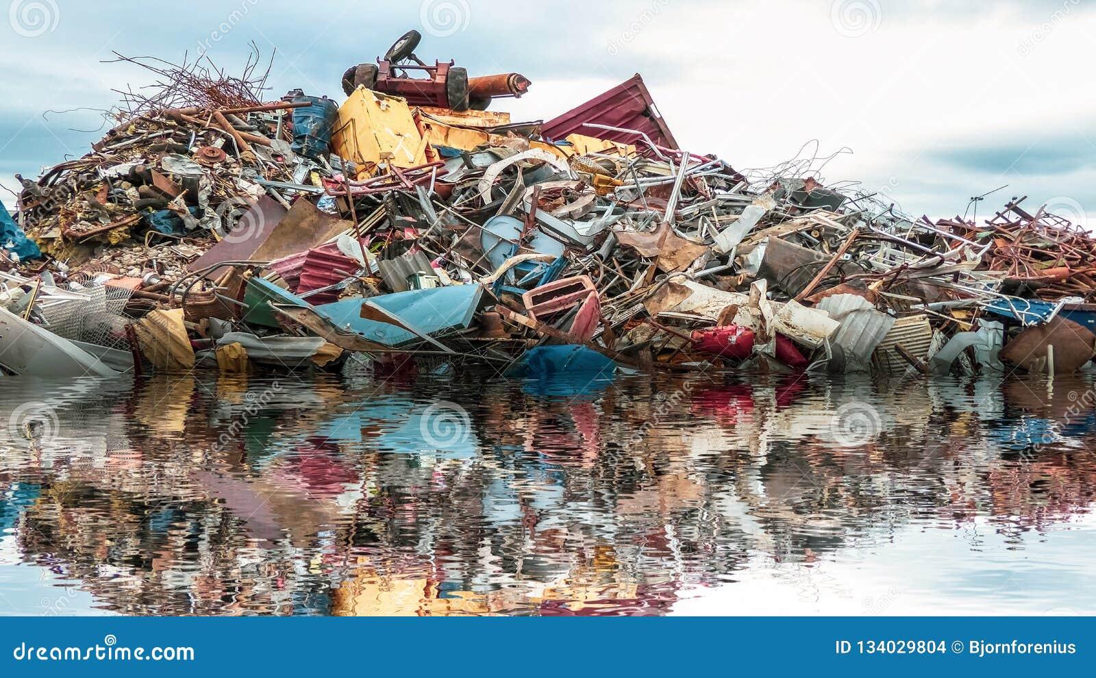 Umweltverschmutzung des Meeres Ein Stapel des Krams, des Metall-gabage und des Plastiks im Ozean