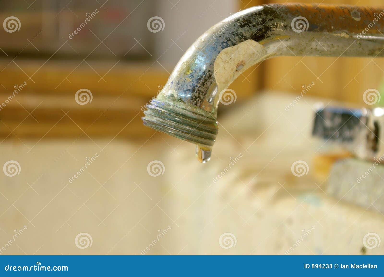 Umywalki kapiący