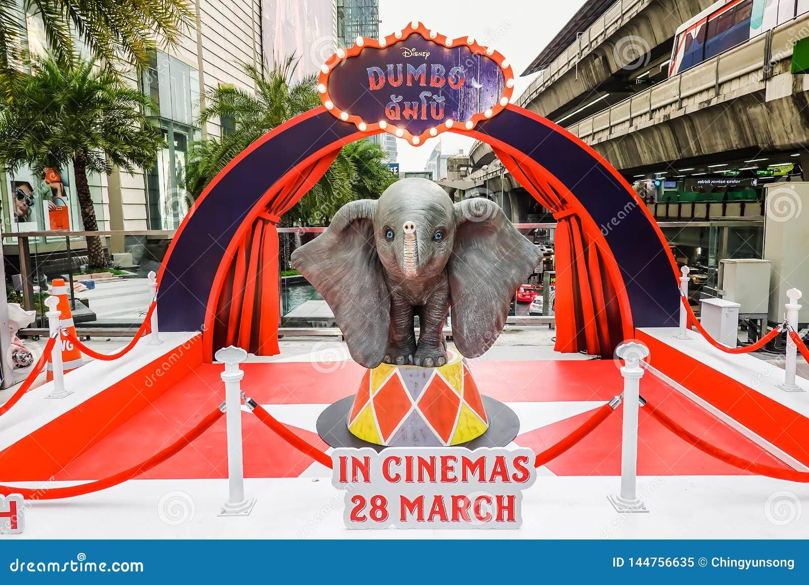 Un éléphant volant mignon modèle d Of Disney Dumbo au voyageur debout de l affichage d abruti de film aux théâtres