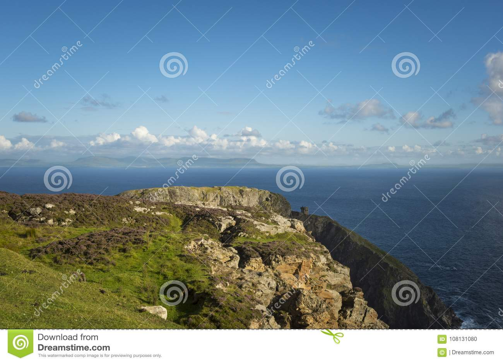 Un acantilado en Sliabh Liag, Co Donegal en un día soleado