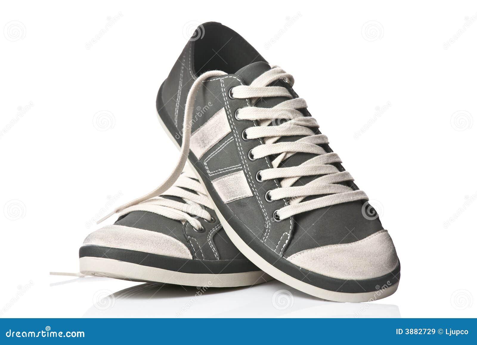 Un accoppiamento delle scarpe da tennis generiche