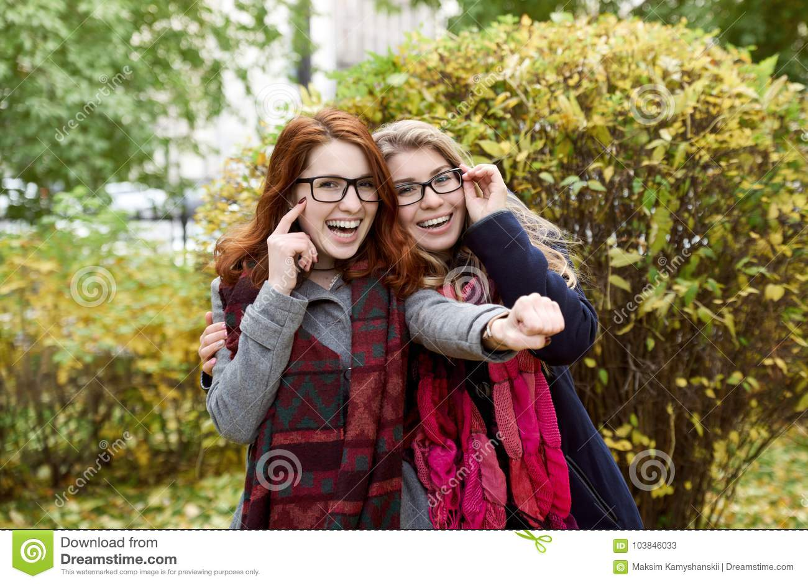 Un adolescente di due amiche che cammina nel parco e nel Hamming per una p