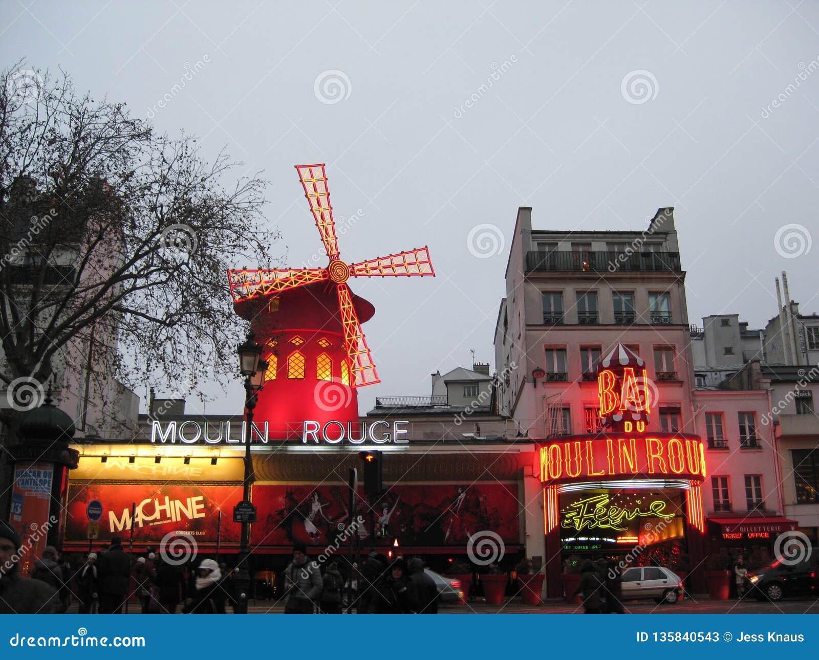 Un affichage égalisant des lumières du Moulin rouge à Paris