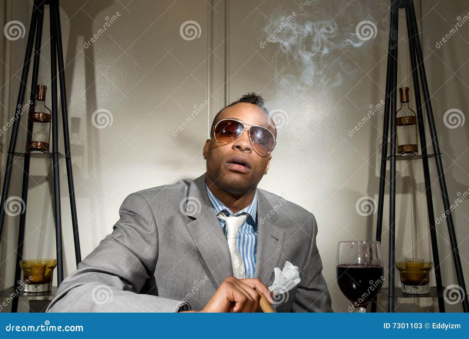 Un afroamericano alla moda che fuma il suo ciga