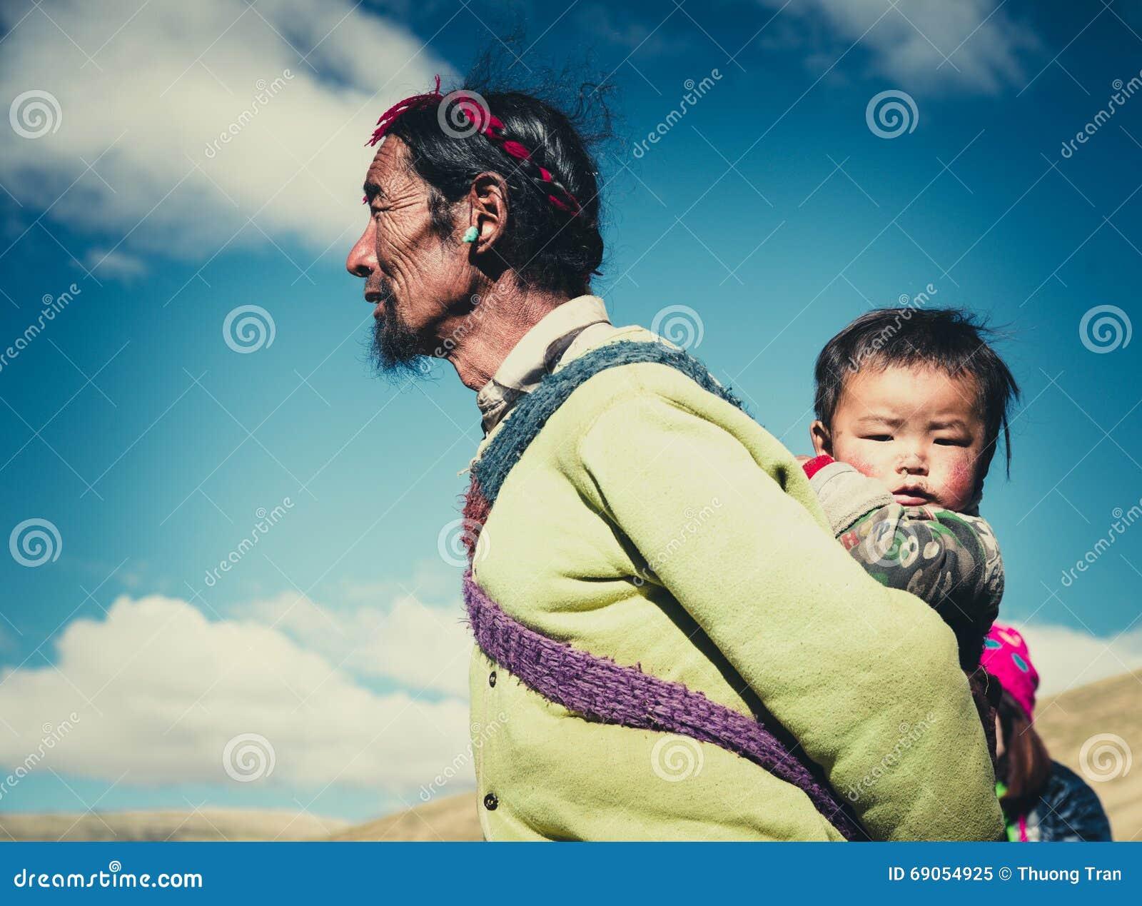 Un agricoltore tibetano con il suo bambino