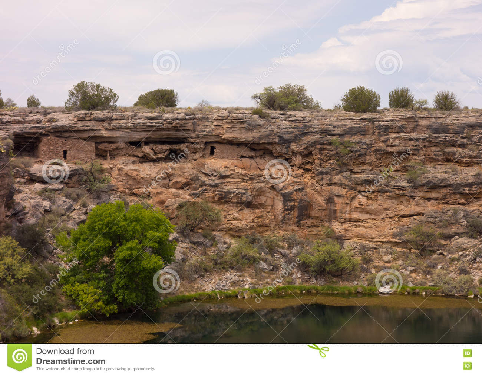 Un agujero de riego antiguo en el desierto
