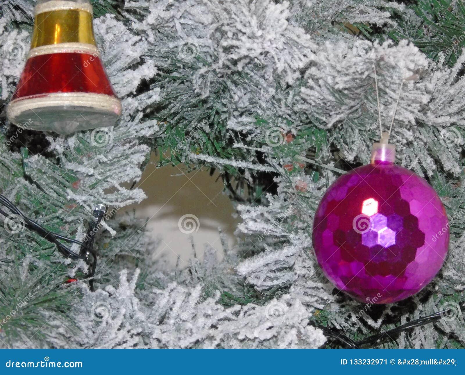 Un albero di Natale attillato verde con neve