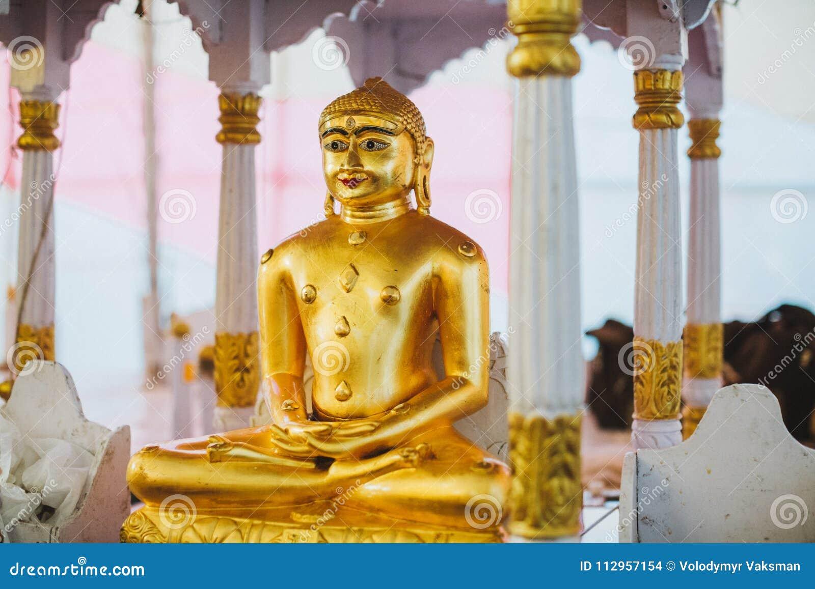 Un altar del monasterio con deidades de Padmasambhava, de Buda y de Mait