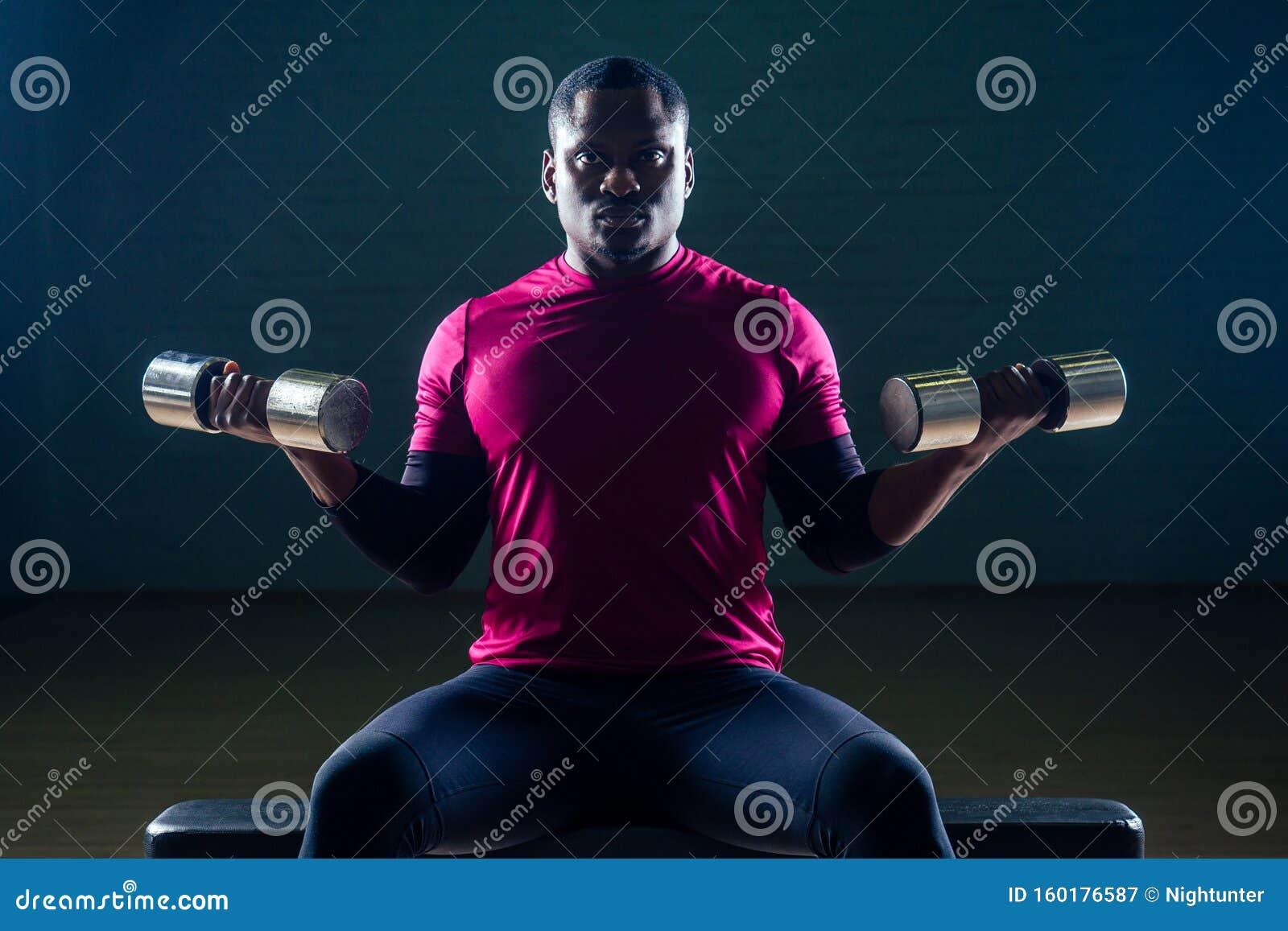 Un Americain Africain Muscle Qui Fait Des Exercices De Musculation Avec Halteres Dans La Salle De Gym Sur Fond Noir Image Stock Image Du Dans Fond 160176587