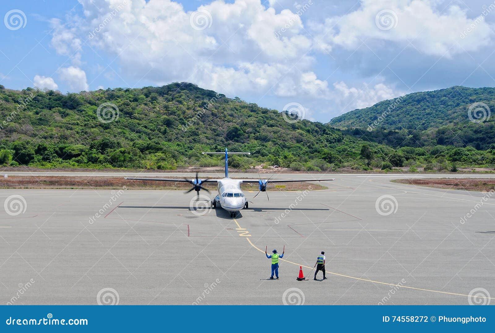 Un amarrage d avion à l aéroport dans Nha Trang, Vietnam