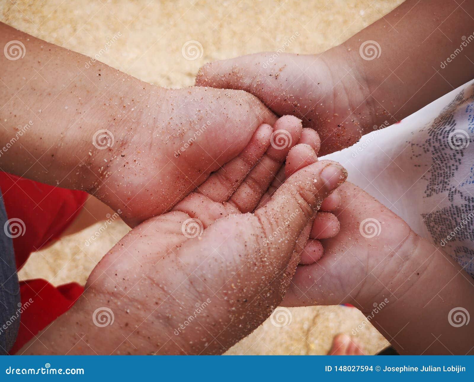 Un amour d enfant de m?mes parents o? deux fr?res tenant la main ainsi que l amour et les soins