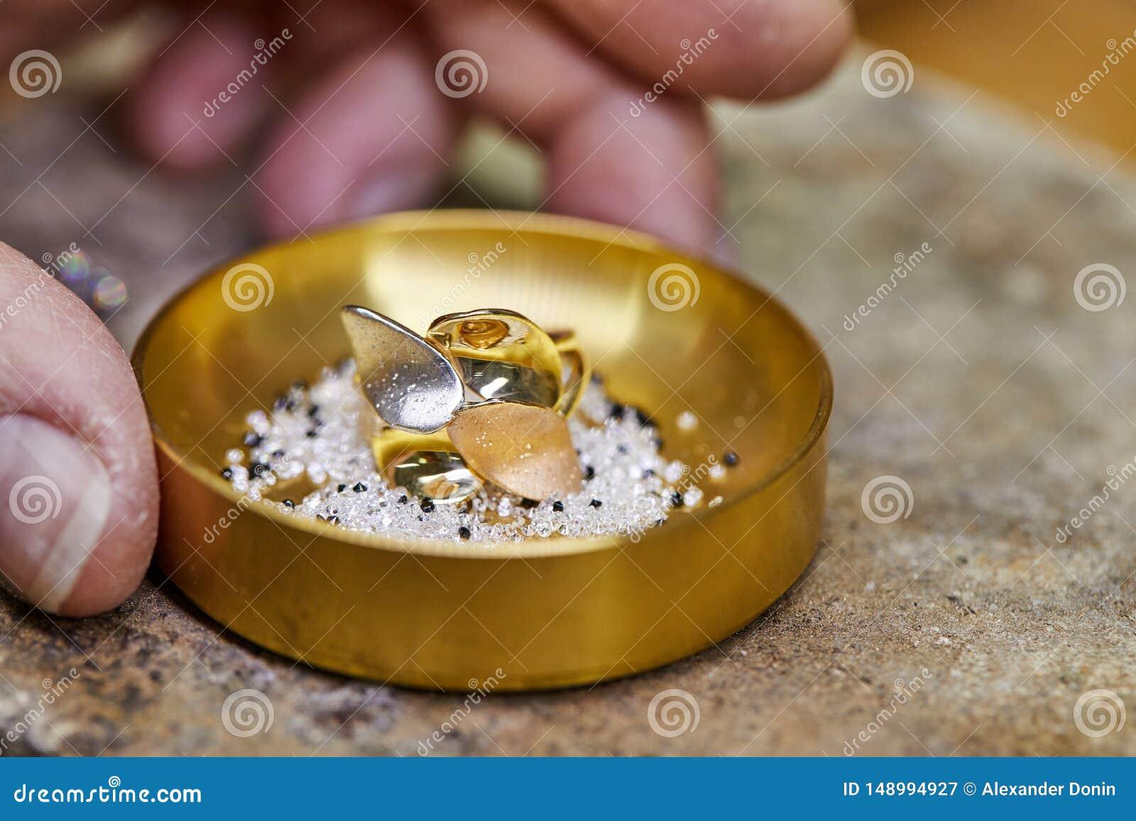 Un anillo en una placa del diamante lista