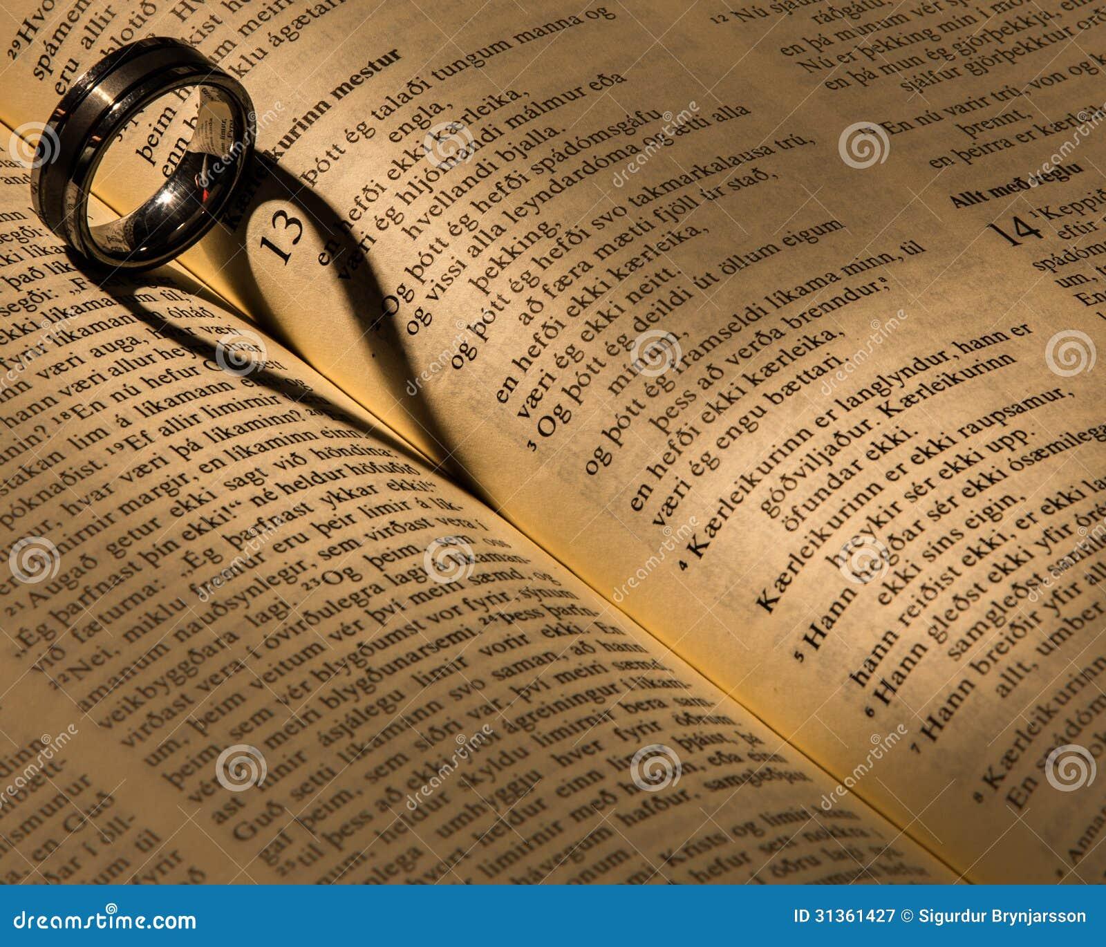 Un Anneau De Mariage Sur Une Bible Photographie stock libre de droits ...